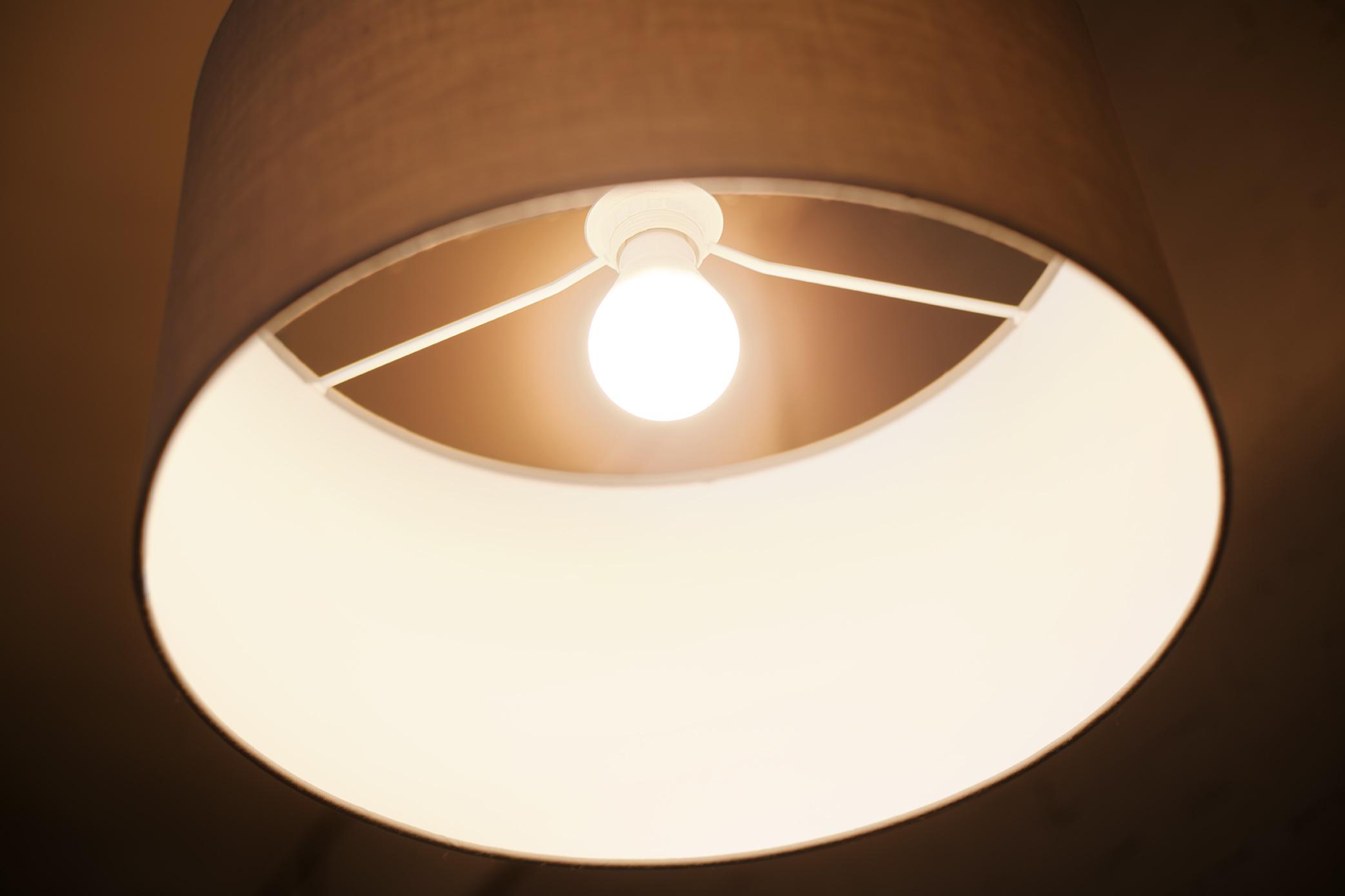 trois ambiances lumineuses avec une seule lampe news. Black Bedroom Furniture Sets. Home Design Ideas